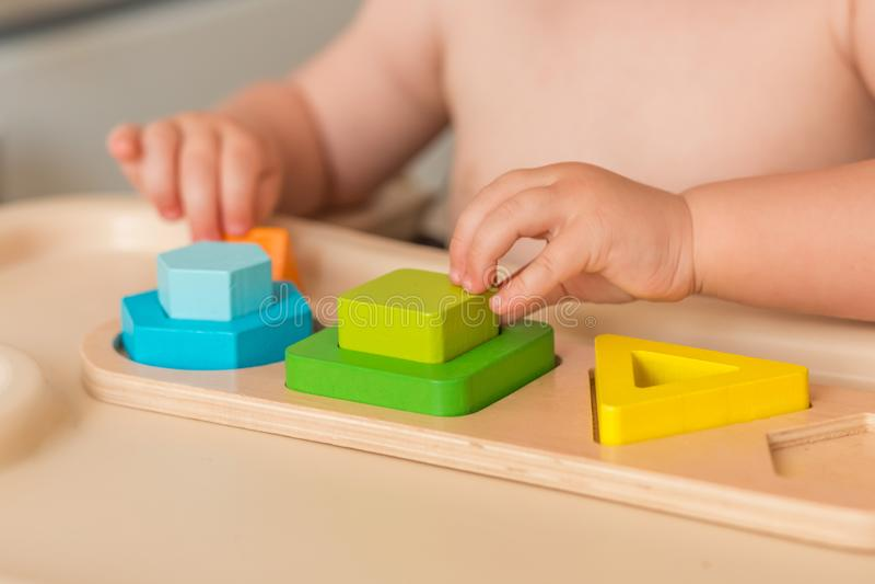 Het kind manipuleert thuis montessorimateriaal om te leren Sluit omhoog Zachte nadruk stock foto