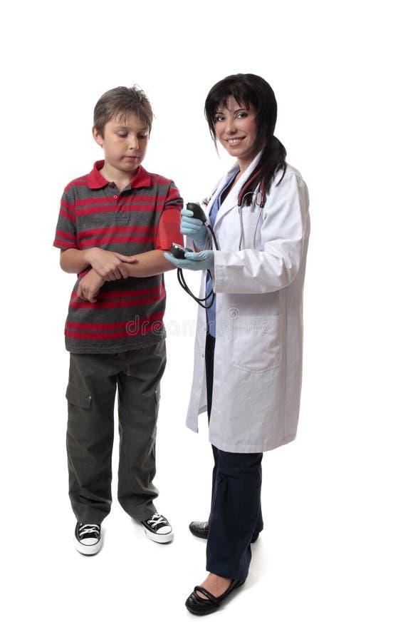 Het kind medische controle van de arts stock afbeelding