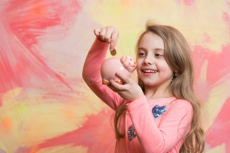 Het kind met gelukkig gezicht bespaart geld voor toekomst royalty-vrije stock fotografie