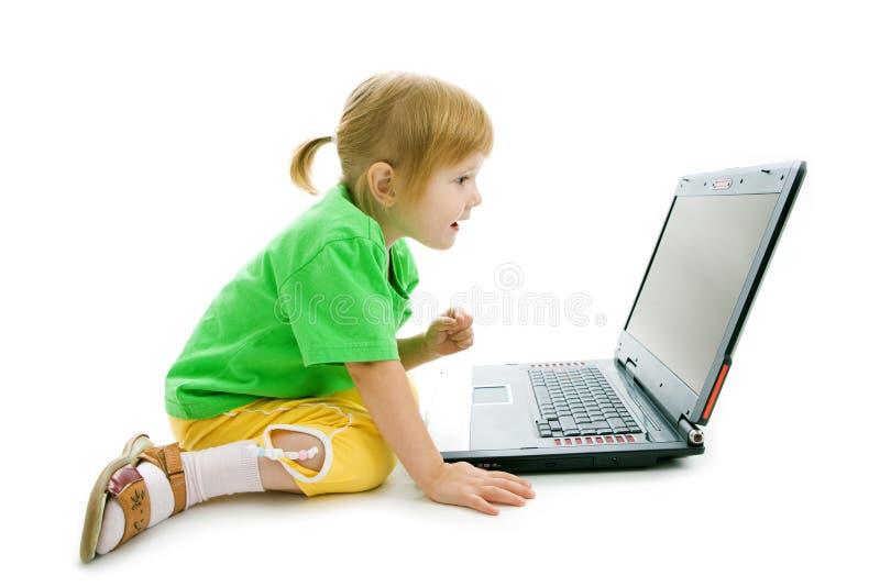 Het kind met laptop toont vinger in het scherm royalty-vrije stock fotografie