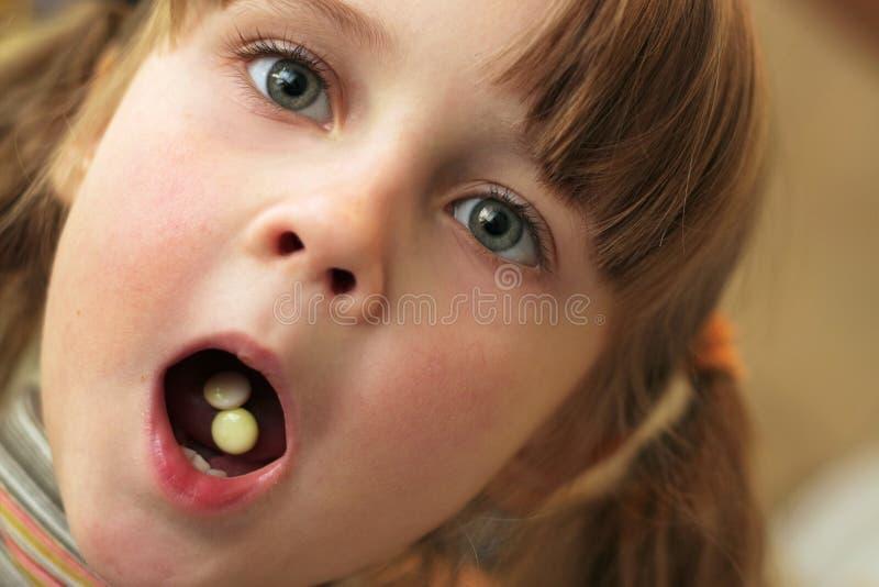 Het kind neemt drugs stock fotografie