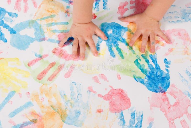 Het kind overhandigt het kleurrijke schilderen stock foto