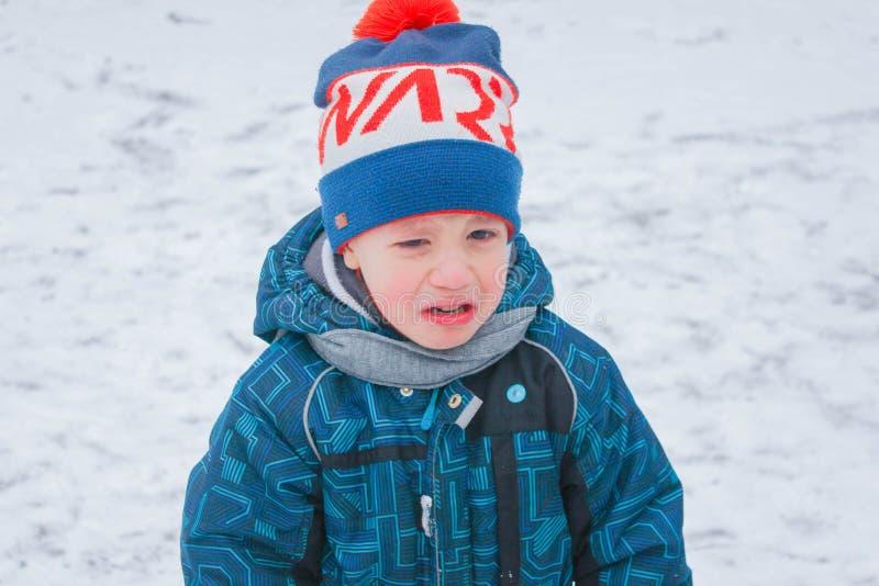 Het kind schreeuwt in de straat De winter, weinig jongen, het schreeuwen, u royalty-vrije stock afbeelding