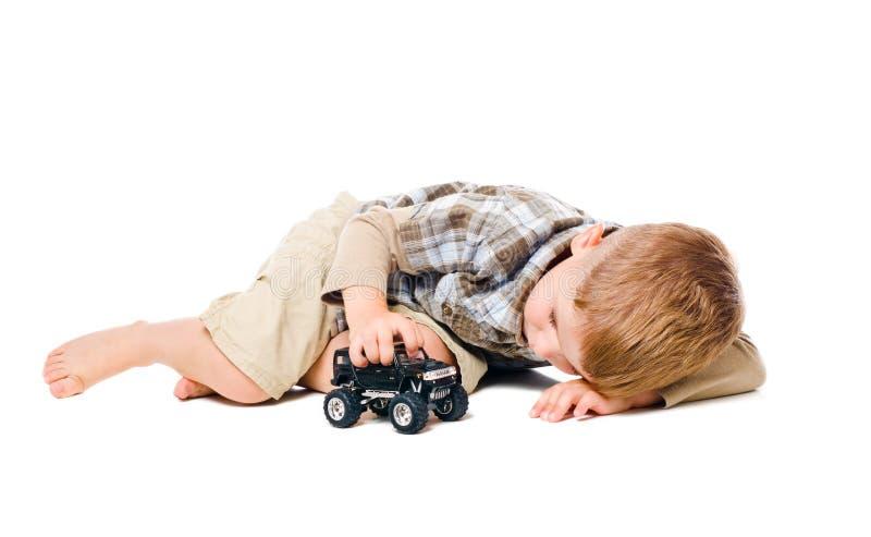 Het kind speelt een stuk speelgoed auto royalty-vrije stock foto