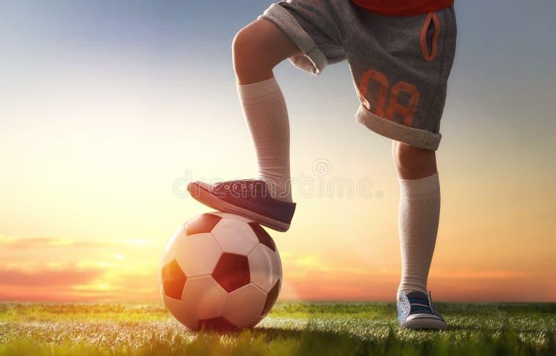 Het kind speelt voetbal royalty-vrije stock afbeelding