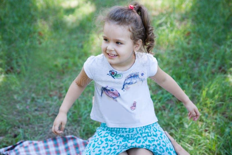 Het kind stoeit in aard royalty-vrije stock foto's