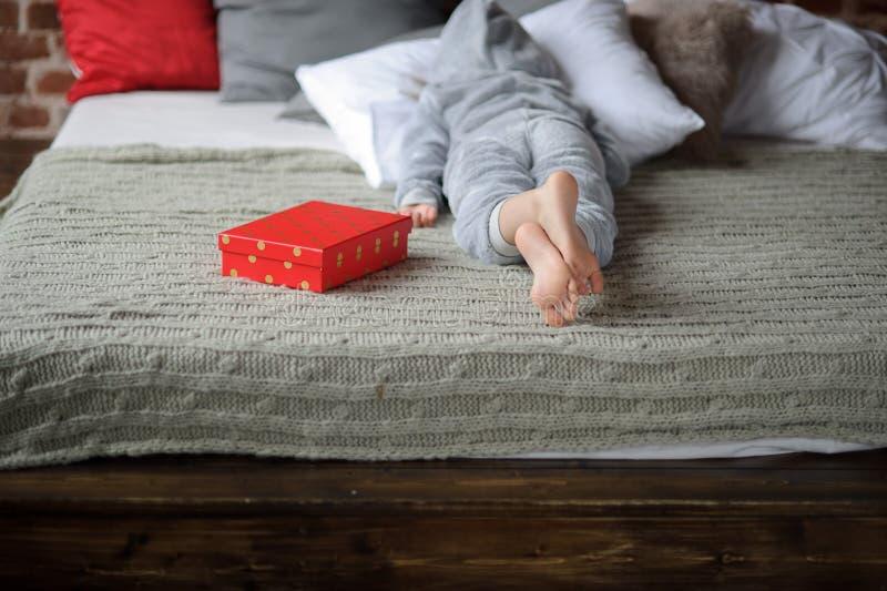 Het kind is teleurgesteld met een gift stock foto