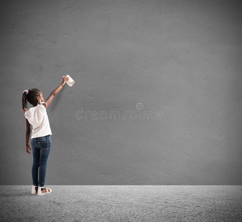 Het kind trekt met nevel in een muur royalty-vrije stock afbeelding