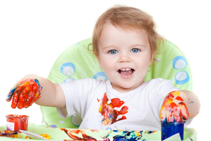 Het kind van de baby creërt kunstbeeld met verven stock afbeelding