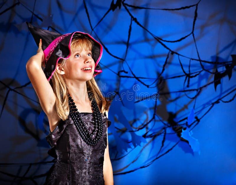 Het kind van de heks bij de partij van Halloween. stock afbeeldingen