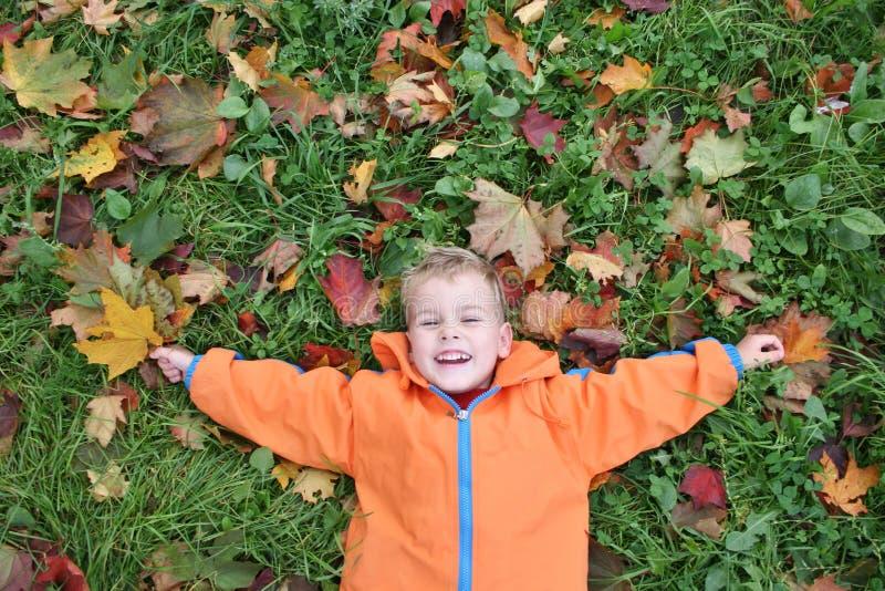 Het kind van de herfst ligt royalty-vrije stock afbeelding