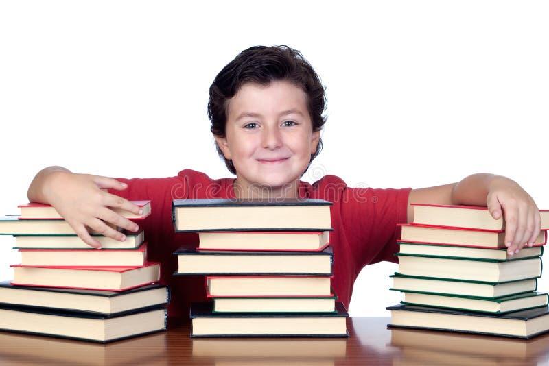 Het kind van de student met vele boeken stock foto's