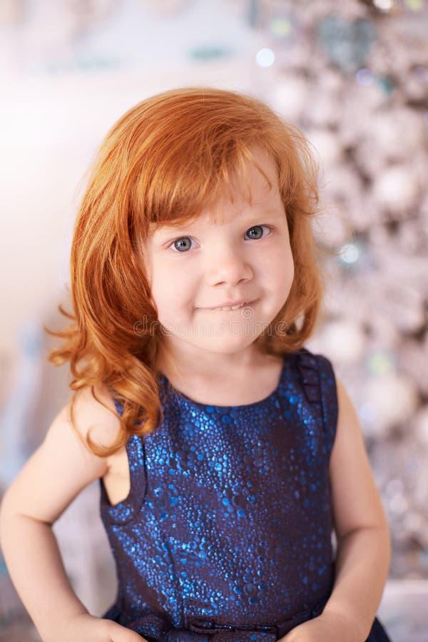 Het kind van nieuwjaarkerstmis De vakantie van de Kerstmisvooravond Binnenlands Weinig ballerina Helder binnenland Rood Haar vert stock afbeelding