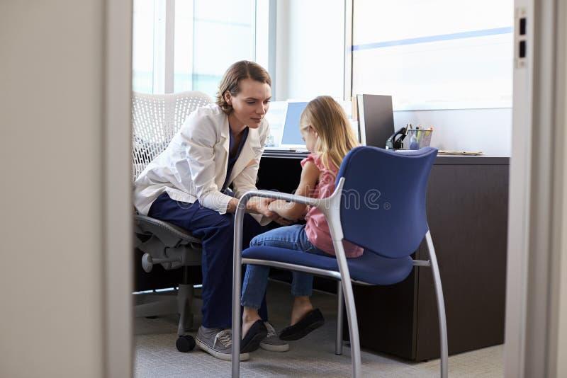 Het Kind van pediatertalking to unhappy in het Ziekenhuis royalty-vrije stock foto