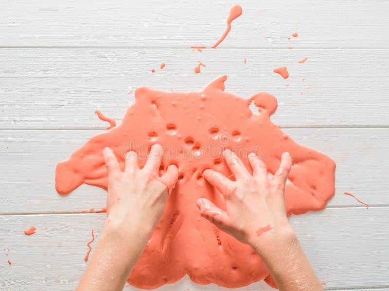 Het kind verlaat vingertekens op het slijm op de witte lijst stock afbeeldingen