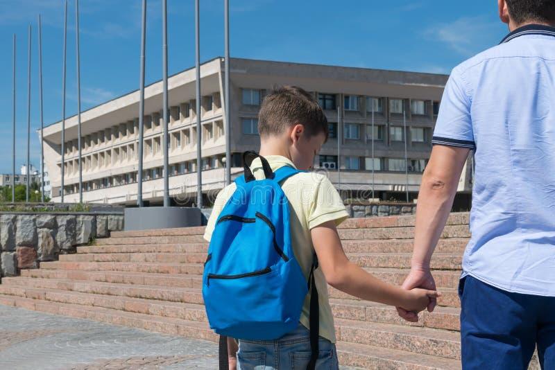 Het kind is verstoord, wil niet naar school gaan stock foto's
