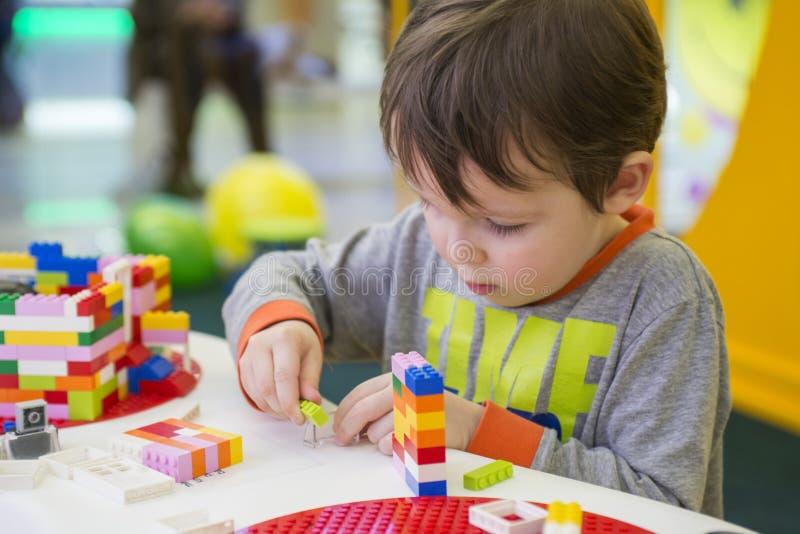 Het kind verzamelt de ontwerper Jonge geitjesactiviteit in kleuterschool of thuis stock afbeeldingen