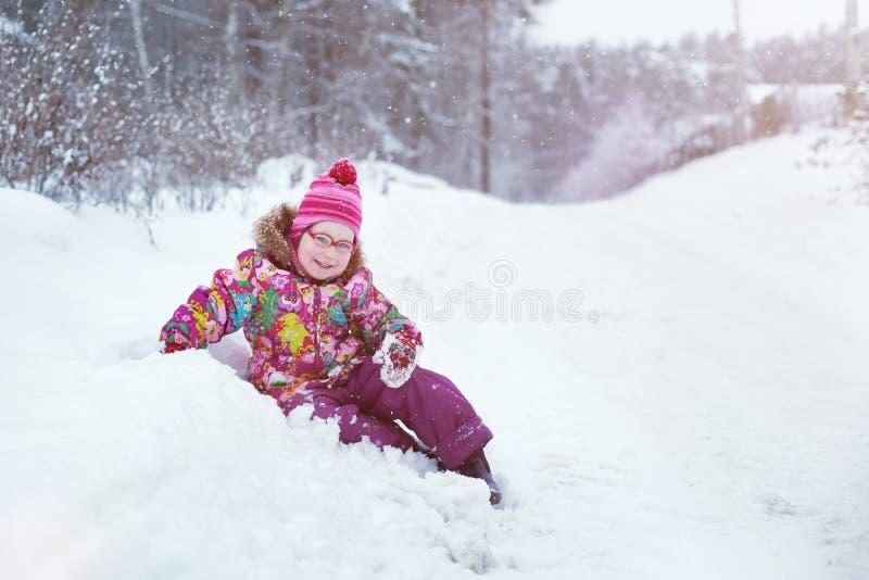 Het kind viel in de sneeuw stock foto's