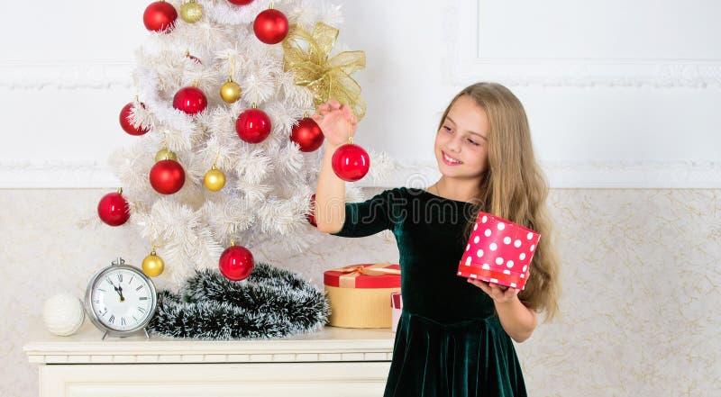 Het kind viert thuis Kerstmis Favoriete dag van het jaar Tijd om Kerstmisgiften te openen Openingskerstmis stelt voor stock fotografie