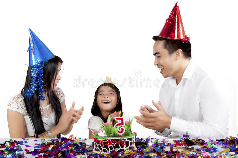 Het kind viert verjaardagspartij met haar ouders stock foto's