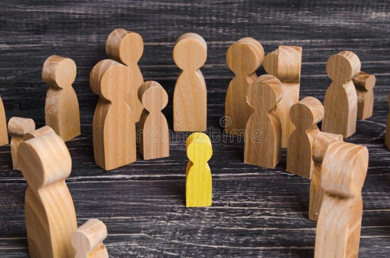 Het kind werd verloren in de menigte Een menigte van houten cijfers stock fotografie