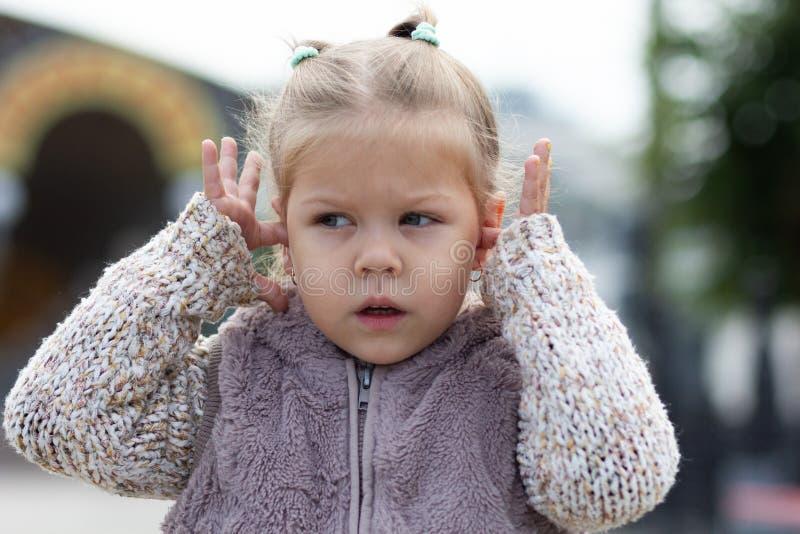 Het kind wil niet om het even wat horen sluitend haar oren stock foto's