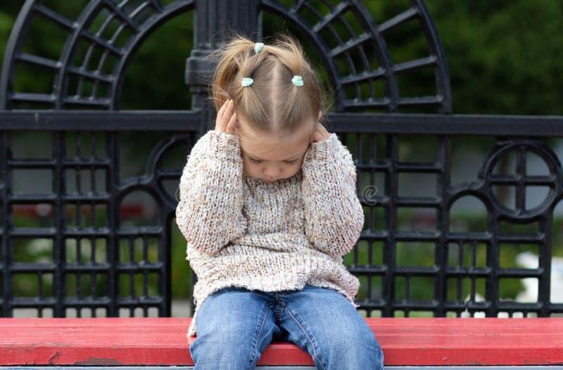 Het kind wil niet om het even wat horen sluitend haar oren stock afbeeldingen