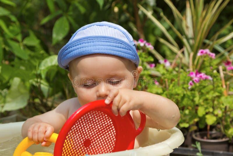 Het kind wordt gebaad in een bassin stock afbeelding