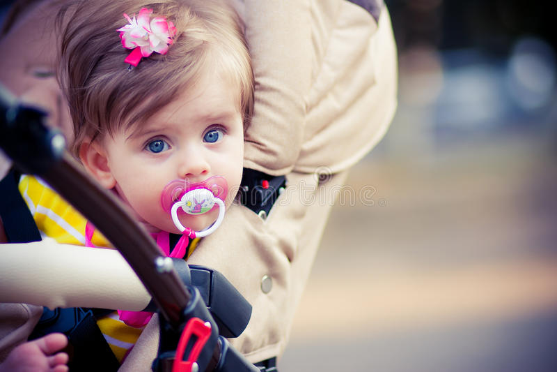 Het kind zit in een vervoer stock afbeelding