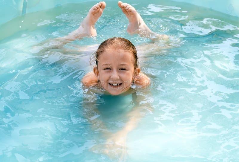 Het kind zwemt stock afbeeldingen