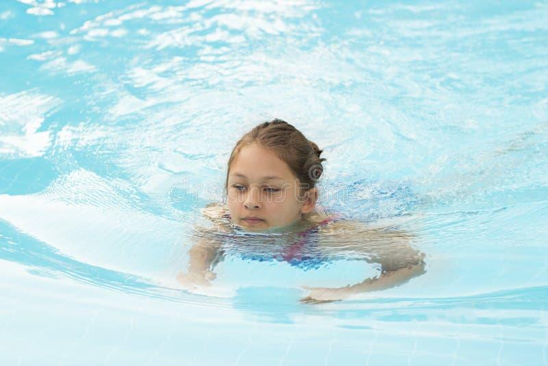 Het kind zwemt royalty-vrije stock afbeeldingen
