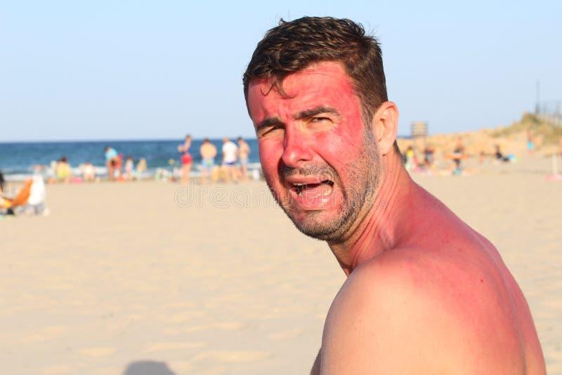Het kinderachtige bekijken het volwassen schreeuwen het strand stock fotografie