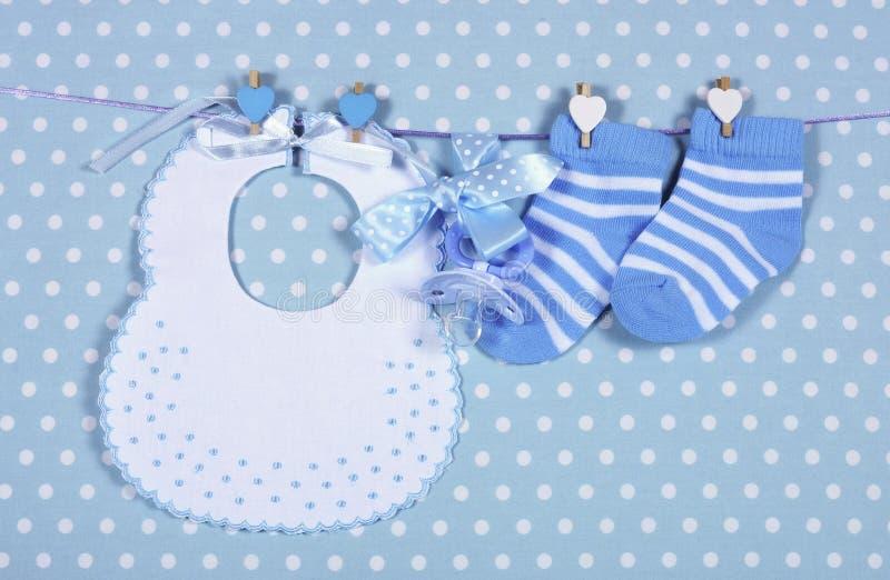 Het kinderdagverblijf blauwe sokken en slab van de babyjongen stock foto