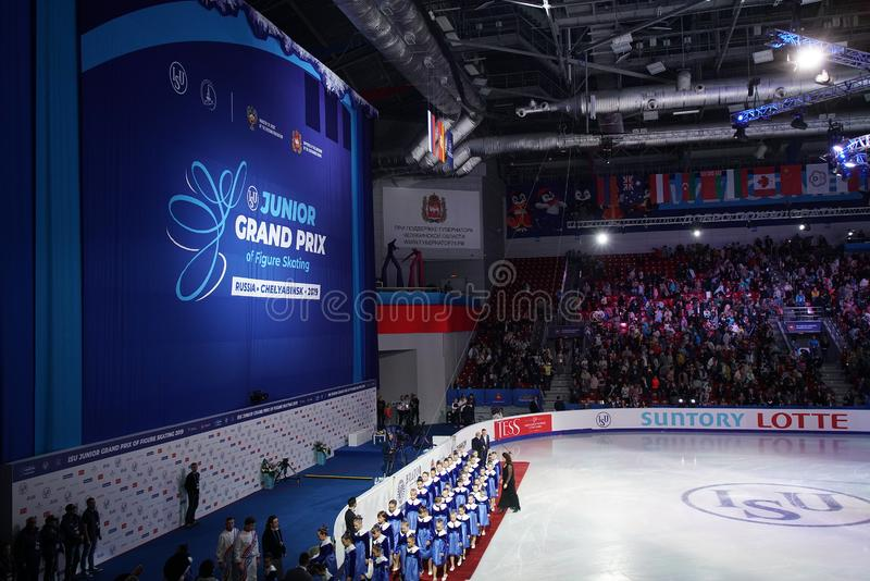 Het kinderkoor voert het volkslied van de Russische Federatie uit op ijs vóór de opening van het kampioenschap schaatsen stock afbeeldingen