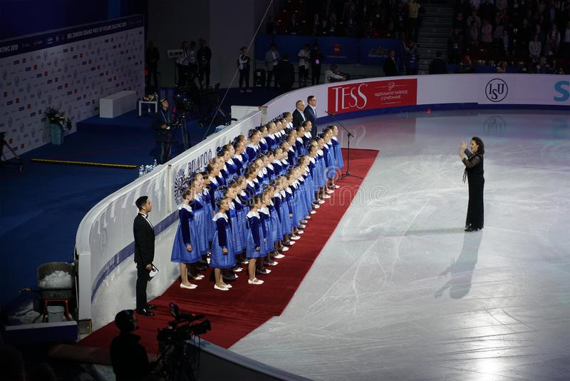 Het kinderkoor voert het volkslied van de Russische Federatie uit op ijs vóór de opening van het kampioenschap schaatsen Int royalty-vrije stock fotografie