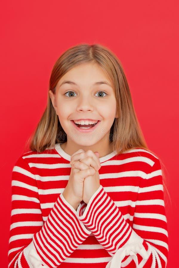 Het kindmeisje die haar wens dromen komt waar Het mirakel gebeurt Meisje het glimlachen hoogtepunt van hoop Mijn geheime wens Maa stock fotografie