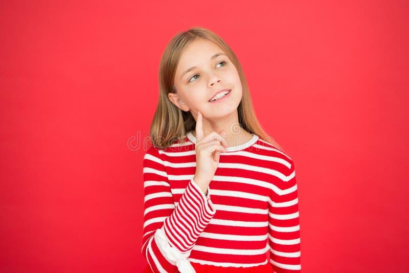 Het kindmeisje die haar wens dromen komt waar Het mirakel gebeurt Meisje nadenkend hoogtepunt van hoop Mijn geheime wens maak a stock afbeelding