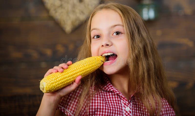 Het kindmeisje geniet het landbouwbedrijf van leven Het organische Tuinieren Kweek uw eigen natuurvoeding Jong geitjelandbouwer m royalty-vrije stock foto's