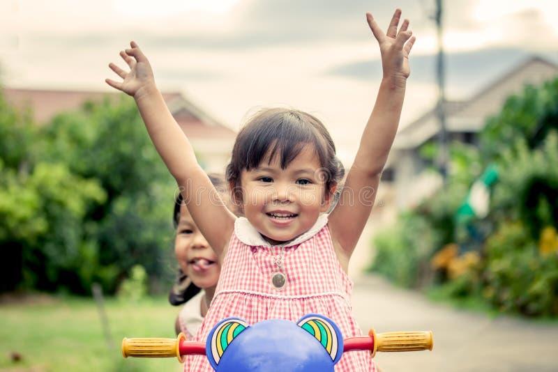 Het kindmeisje heft haar hand op stock foto's