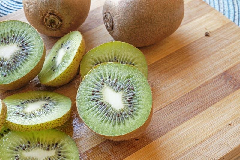 Het kiwifruit snijdt en van het de helftenlandschap zijgewas royalty-vrije stock afbeeldingen