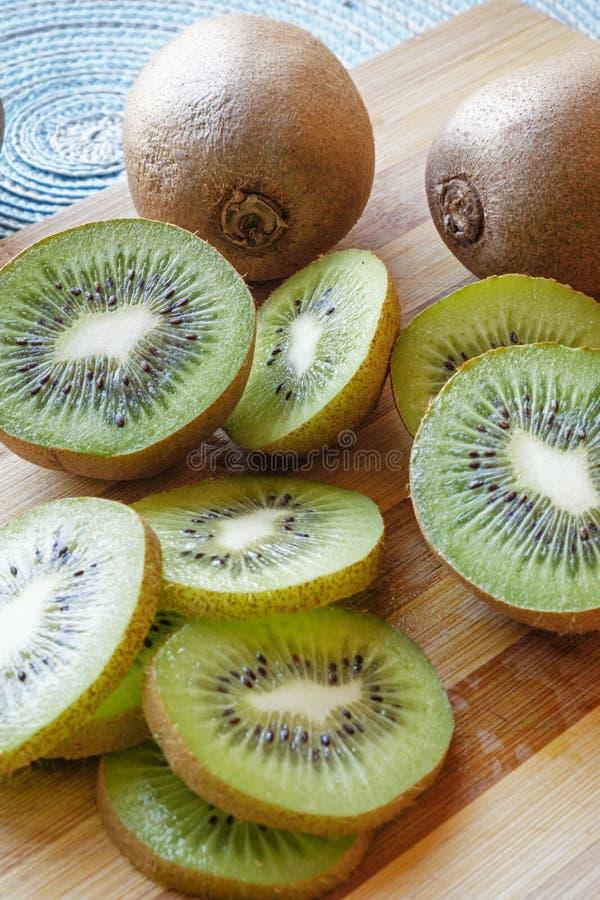 Het kiwifruit snijdt en van het de helftenportret zijgewas royalty-vrije stock foto's
