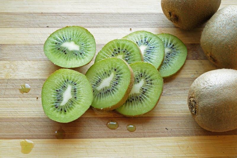 Het kiwifruit snijdt wijd landschapsbovenkant stock foto
