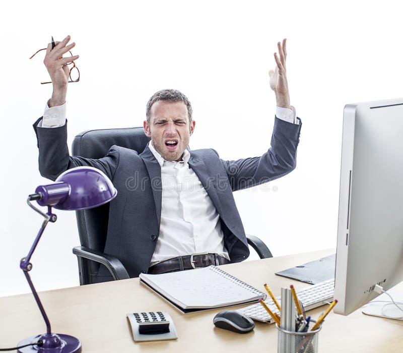 Het klagen zakenmanzitting op kantoor, die geërgerde handen voor kwelling opheffen royalty-vrije stock afbeelding