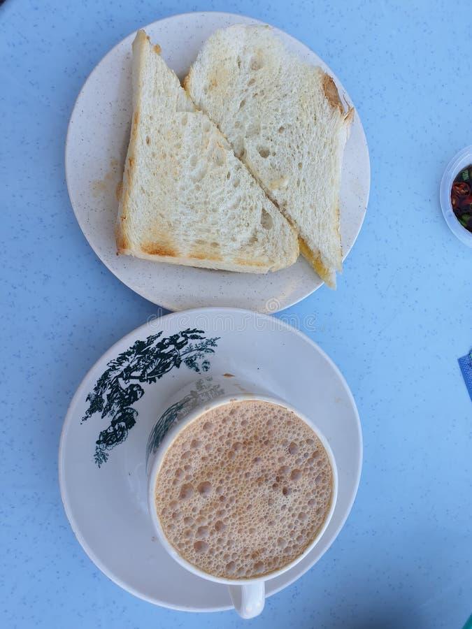 Het klassieke brood en de thee voor ontbijt en teatime stock afbeeldingen
