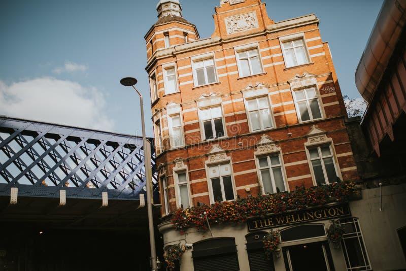 Het klassieke die flatgebouw wordt geplaatst tussen twee leiden en de wegbruggen in een zonnige dag, in Londen, het UK op royalty-vrije stock foto