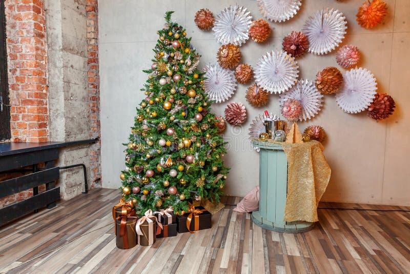 Het klassieke Kerstmisnieuwjaar verfraaide de binnenlandse boom van het ruimte Nieuwe jaar Kerstboom met gouden decoratie Moderne stock foto's