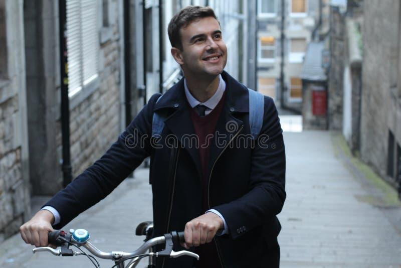 Het klassieke kijken boven mensen dragende fiets stock afbeelding