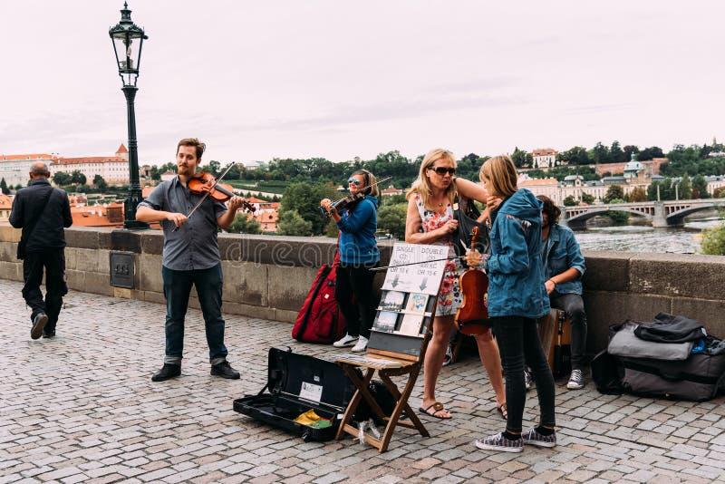 Het klassieke muziekkwartet spelen in Charles Bridge stock foto's