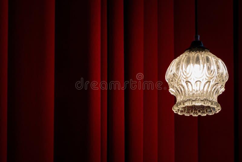 Het klassieke theater, bioskoop, loungeachtergrond met rood velved gordijn en oude uitstekende lamp royalty-vrije stock afbeeldingen