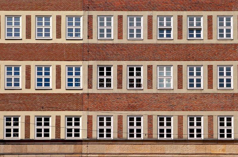 Het klassieke voor vlakke patroon van de huisvoorgevel van rode baksteen met whit stock foto's